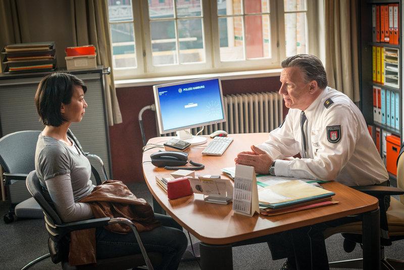 An ihrem letzten Tag im Revier gibt Haller (Hannes Hellmann) Alexa (Minh-Khai Phan-Thi) die Möglichkeit, den Wunsch zu äußern bleiben zu dürfen. Doch Alexa sieht ihre Zukunft im Innendienst der Polizei. – Bild: ZDF und Boris Laewen