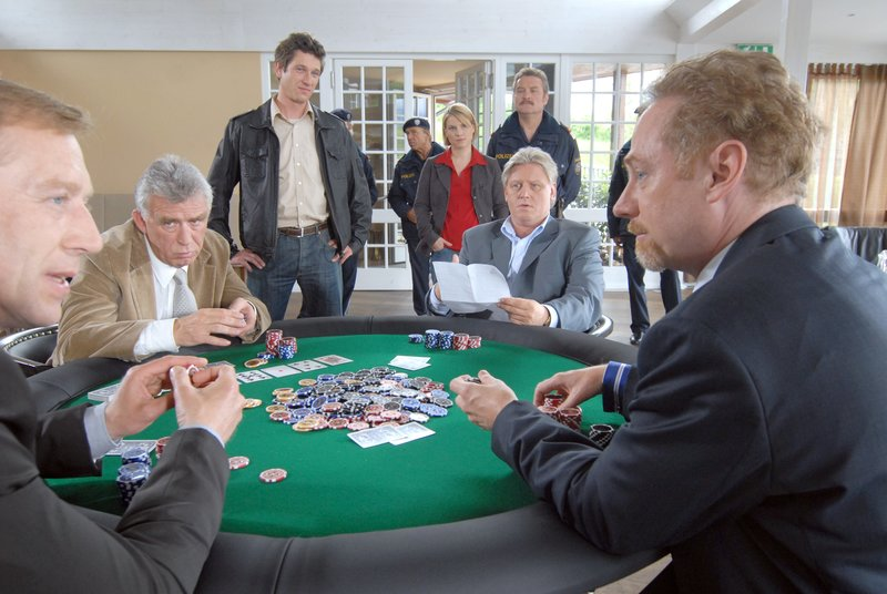"""""""Soko Kitzbühel"""", """"Das Spiel ist aus."""" Es ist eine illustre Pokerrunde, zu der Poker-Profi Gerd Schneider in sein Kitzbüheler Haus geladen hat. Am Tisch sitzen der Arzt Dr. Thomas Wagenbach, der Versicherungsmakler Bernhard Nissl und Walter Wegmann, ein Maschinenhändler aus Kirchberg, dessen Spielsucht vor einigen Jahren den Betrieb beinahe zugrunde gerichtet hätte. An diesem Nachmittag gewinnt Wegmann eine hohe Summe - und wird auf dem Heimweg ermordet. Die Mitglieder der Pokerrunde beschuldigen sich alle gegenseitig - immerhin hat jeder von ihnen viel Geld an Wegmann verloren. Aber auch die Ehefrau des Opfers, Brigitte Wegmann und ihr Vater Johannes Gerber, ein Vermögens- und Anlageberater, sind nicht unverdächtig, hätte Wegmann doch fast die gesamte Familie ruiniert.Im Bild (v.li.): Oliver Stritzel (Gerd Schneider), Heinz Marecek (Hannes Kofler), Andreas Kiendl (Klaus Lechner), Kristina Sprenger (Karin Kofler), Ferry Öllinger (Kroisleitner), Arved Birnbaum (Bernhard Nissl), André Pohl (Thomas Wagenbach). – Bild: ORF 1"""