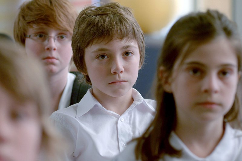 Simon (Émilien Néron) in seiner Schulklasse. – Bild: BR/Arsenal Filmverleih GmbH