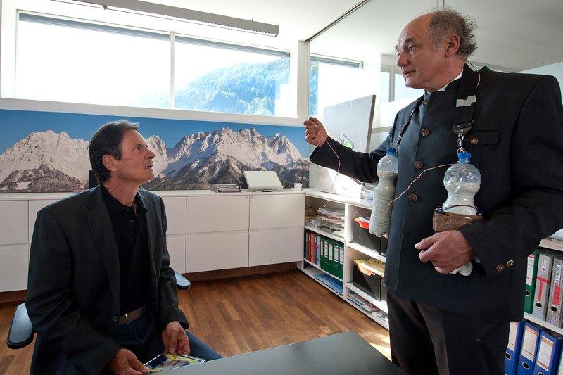 """""""Soko Kitzbühel"""", """"Zu hoch hinaus."""" Bei einem Testflug eines neu entwickelten Paraglider-Typs des Plastik-Konzerns Rottmann kommt der Extremsportler und Anwalt der Firma, Sebastian Uhl, ums Leben. Hatte jemand den Glider manipuliert? Die SOKO verdächtigt den Umweltaktivisten Bob Seifert, ein Gegner des Plastik-Konzerns, aber auch den langjährigen Rottmann-Mitarbeiter Max Dressler, der kürzlich entlassen wurde. Zentral bleibt jedoch die Frage, ob der Mordanschlag eigentlich gar nicht Sebastian Uhl gegolten hat, sondern Lisa Rottmann, Tochter des Firmenchefs. Denn die hätte den Testflug ursprünglich durchführen sollen.Im Bild (v.li.): Till Kretzschmar (Georg Rottmann), Karl Fischer (Emil Wieser). – Bild: ORF III"""