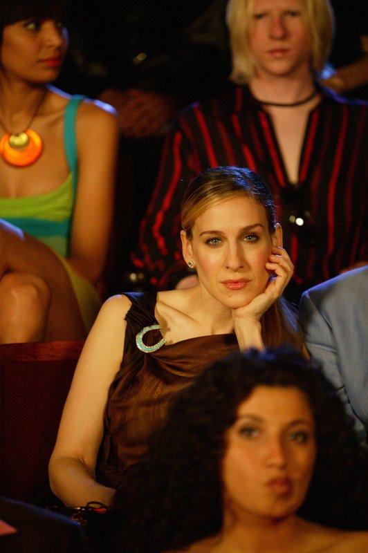 """Nach einer rasanten Motorradfahrt und einer Auseinandersetzung kann Carrie (Sarah Jessica Parker) die Premiere von """"Full Moon"""" nicht so recht genießen ... – Bild: sixx"""