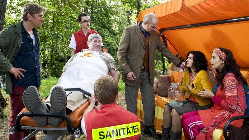 Nachbar Paschulke (Helmut Krauss) muss ins Krankenhaus - und jetzt wird es auch Yasemin (Sanam Afrashteh) ganz schlecht. War etwa doch Gift in Fritz Fuchs Kuchen? Der Arzt (Romanus Fuhrmann) bekommt viel zu tun. – Bild: ZDF/Antje Dittmann