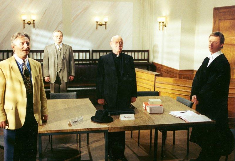 Von links: Hans Rettinger (Josef Thalmaier), Michael Sterzer (Götz Burger, hinten), Pfarrer Zock (Ernst Jacobi) und Staatsanwalt Kainz (Norbert Mahler). – Bild: Bayerisches Fernsehen