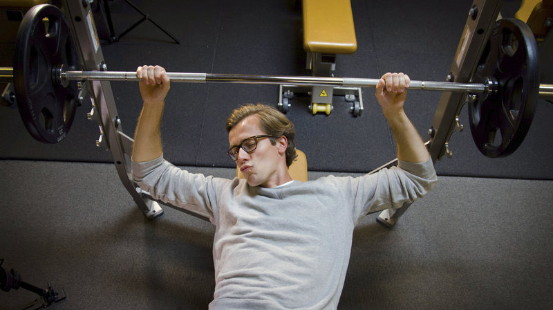 Dr. Wimmer auf einer Rücken-Hantelbank im Fitnessstudio. – Bild: NDR/MedServation GmbH