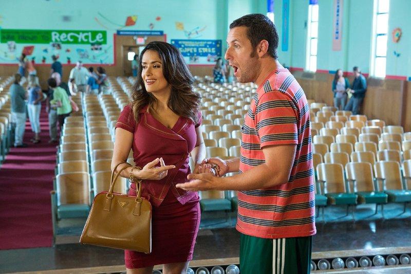 Ex-Hollywood-Stern Lenny Feder (Adam Sandler) ist gemeinsam mit seiner Frau Roxanne (Salma Hayek) und seinen Kindern in seine alte Heimatstadt zurückgezogen, um den Kindern ein normales Leben zu ermöglichen. – Bild: RTL