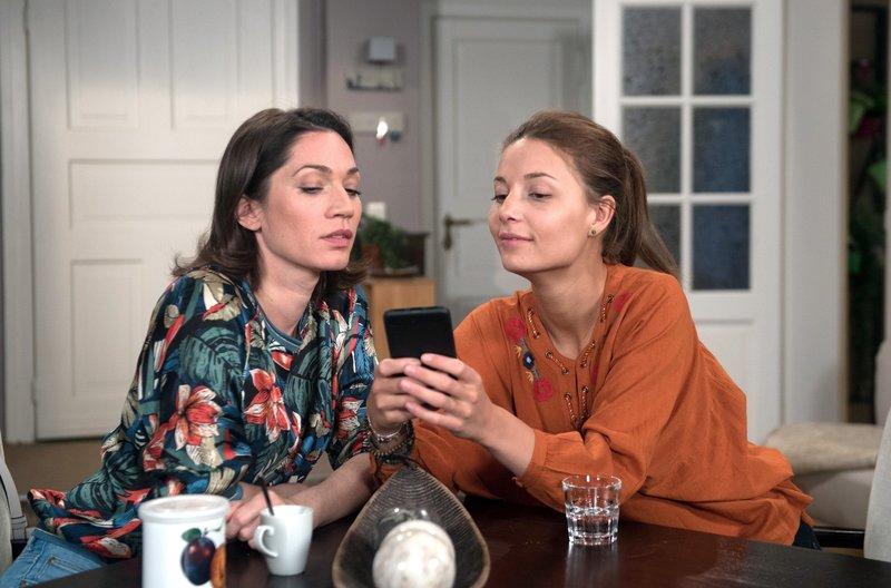"""Leonie (Lena Meckel, r.) zeigt Eliane (Samantha Viana, l.) ein Musikvideo des Rappers """"Voll3sts"""". – Bild: ARD/Nicole Manthey"""