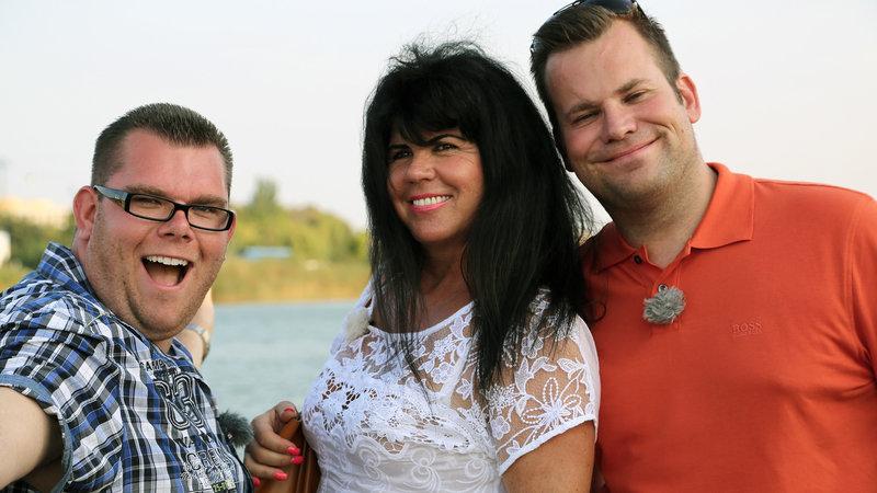 Dennis (li.) und Christian (34) aus Wuppertal mit Partnervermittlerin Antoinette in Rumänien – Bild: RTL II