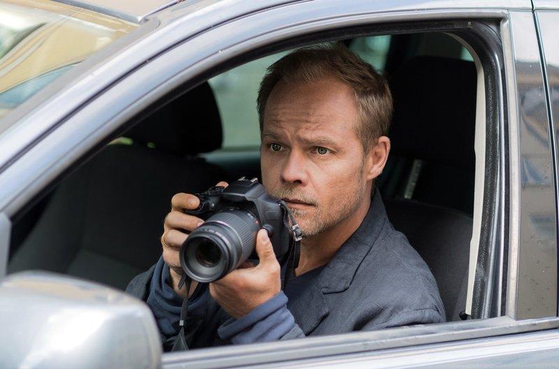 Observation ist eine Stärke von Privatdetektiv Hartwig Seeler (Matthias Koeberlin). – Bild: ARD Degeto/Sabine Finger