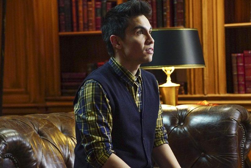 Der Tod des Gesangsgruppen-Leaders bringt für Jake Eisenberg (Sam Tsui) viele Vorteile mit sich. Aber kommt er deshalb als Mörder in Frage? – Bild: RTL / FOX
