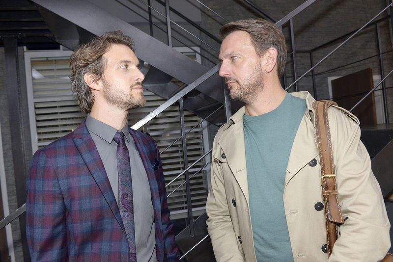 Felix (Thaddäus Meilinger, l.) ist gespannt, was Robert (Nils Schulz) über die Ereignisse der letzten Wochen zu erzählen hat. – Bild: TVNOW / Rolf Baumgartner