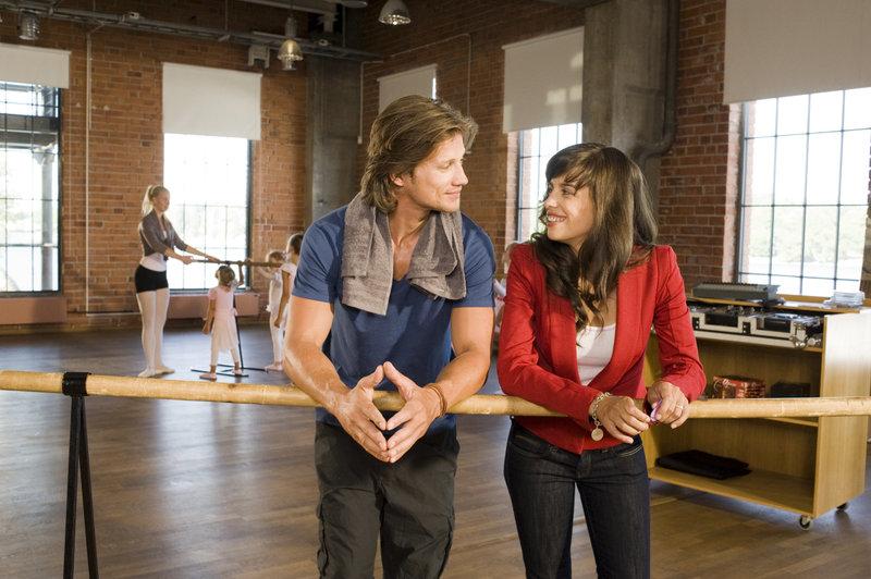 Hanna (Julia-Maria Köhler) findet den jungen Choreographen Jonas (Kristian Kiehling) sympathisch. Die beiden kommen sich näher. – Bild: ZDF und Marco Meenen