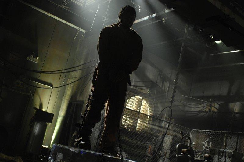 Auf dem Eisblock bekommt Agent Matthews (Donnie Wahlberg) langsam kalte Füße, aber sollten diese warm werden, dann hängt sein Hals in der Schlinge an der Zimmerdecke ... – Bild: 2007 Lionsgate, Twisted Pictures Lizenzbild frei