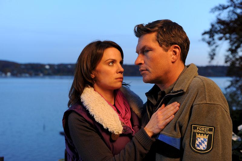Für Stefan (Hardy Krüger jr.) ist der Abschied von seiner treuen Hündin schwer, doch Marie (Gisa Zach) tröstet ihn. – Bild: ZDF