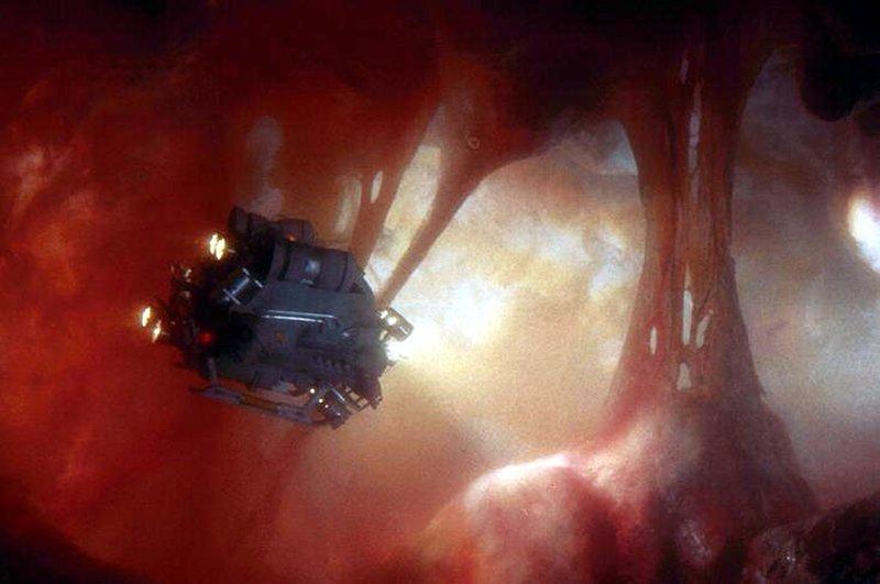 Ein Mann sieht rot: In miniaturisierter Form unterwegs im Körper eines anderen: Tuck (Dennis Quaid) ... – Bild: Warner Bros. Lizenzbild frei