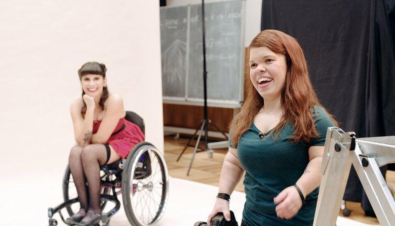 """Lisa """"Model"""" und die kleinwüchsige Fotografin Anna Spindelndreier (r) im Fotostudio. – Bild: WDR"""