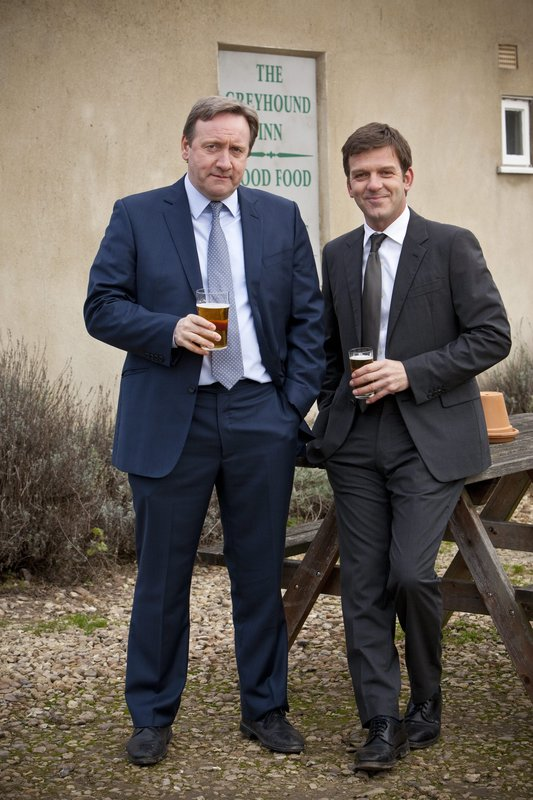 L-R: DCI John Barnaby (Neil Dudgeon) und DS Ben Jones (Jason Hughes) – Bild: ALL3MEDIA