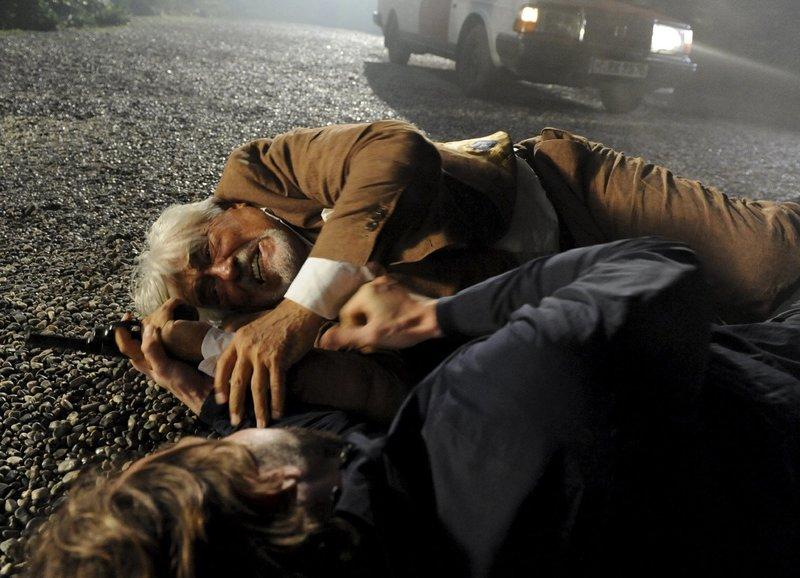 Richard (Mario Adorf) und Christian (David Rott) kämpfen um die Waffe. – Bild: ZDF und Elke Werner