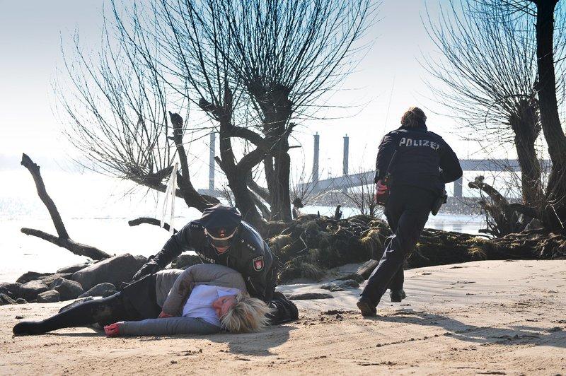 Henning findet eine Unbekannte am Elbufer. – Bild: ZDF und Boris Laewen-bola