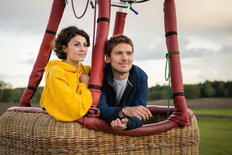Obwohl Kristina (Liza Tzschirner) und Paul (Constantin Lücke) eigentlich beide feste Partner haben, kommen sie sich näher. – Bild: ZDF und Arvid Uhlig.