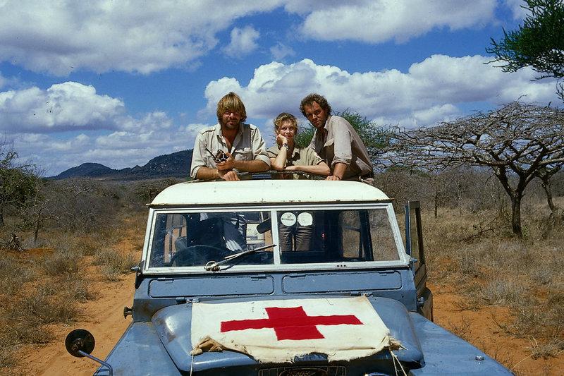 Udo (Sascha Hehn, l.), Erika (Lisa Kreuzer, M.) und Vollmers (Christian Kohlund, r.) sind unterwegs zu einem Hilfseinsatz in die afrikanische Steppe. – Bild: ZDF und Thomas Waldhelm