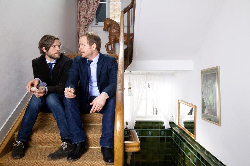 Erst in Svens (Sebastian Ströbel, l.) Körper erfährt Katharina, welch große Gefühle David (Marc Ben Puch, r.) für sie hat ... – Bild: SAT.1 Eigenproduktionsbild frei