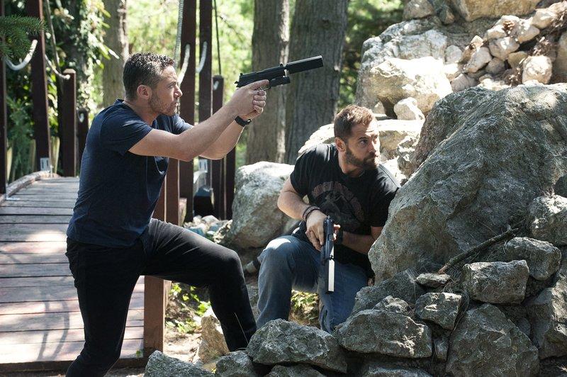 L-R: Warren Brown as Sergeant Thomas 'Mac' McAllister and Daniel MacPherson as Sergeant Samuel Wyatt. – Bild: Fox Channel