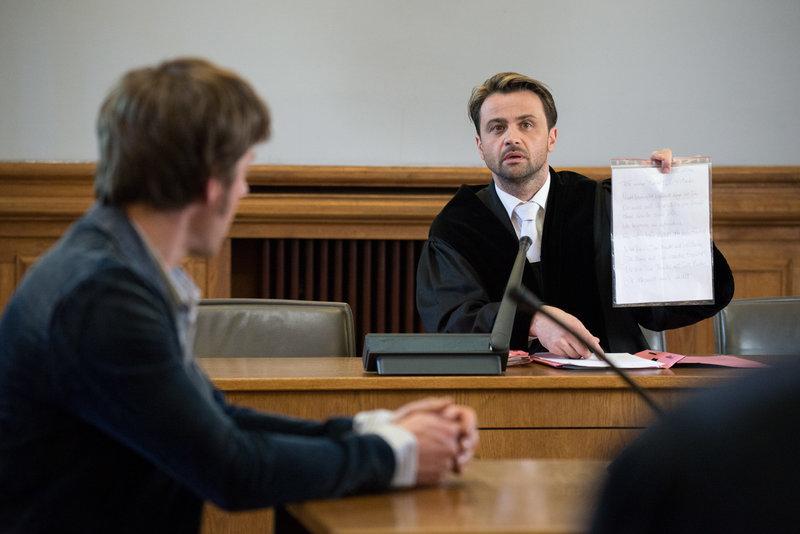 v.l.n.r.: Tom Kowalski (Steffen Schroeder), Staatsanwalt Binz (Michael Rotschopf) – Bild: ZDF und Uwe Frauendorf