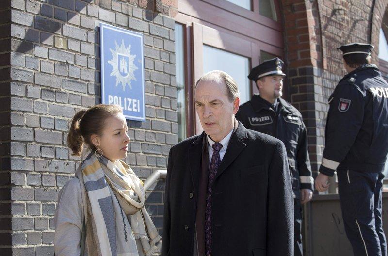 Markus Gellert (Herbert Knaup, r.) muss seine Tochter Marleen (Amelie Plaas-Link, l.) vor dem Gefängnis bewahren. Er begleitet sie auf die Polizeiwache. – Bild: MDR/ARD/Georges Pauly