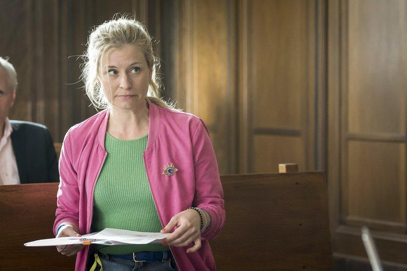 """Jenny (Birte Hanusrichter) """"platzt"""" mit einem Fax in die Verhandlung. – Bild: TVNOW / Christoph Assmann Foto: TVNOW / Christoph Assmann"""