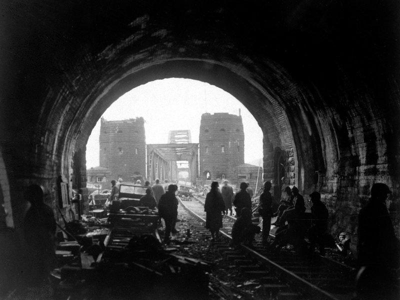 An der Brücke von Remagen gelingt den Alliierten im März 1945 der Übergang über den Rhein. – Bild: ZDF und National Archives.