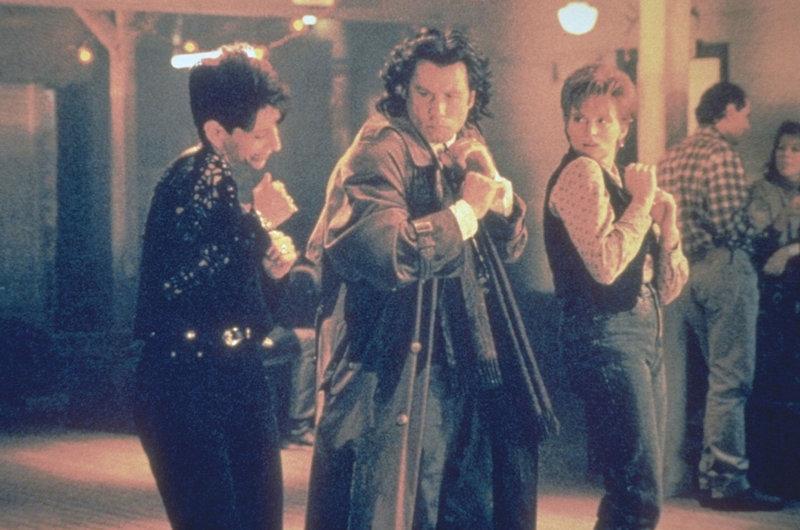 Das majestätische Flügelpaar eines Erzengels hat Michael (John Travolta, M.) mitten ins Amerika des 20. Jahrhunderts getragen, wo er sich nun amüsieren möchte ... – Bild: Warner Brothers Lizenzbild frei