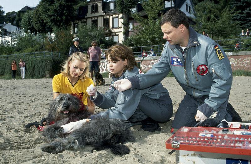 Einsatzmeldung: schwere Bisswunden. Doch kein Mensch sondern ein Hund wurde gebissen. Maren (Gerit Kling, M.) und Sanitäter Thomas Asmus (Ulrich Bähnk, r.) helfen trotzdem, die Hundebesitzerin ist überglücklich. – Bild: ZDFneo