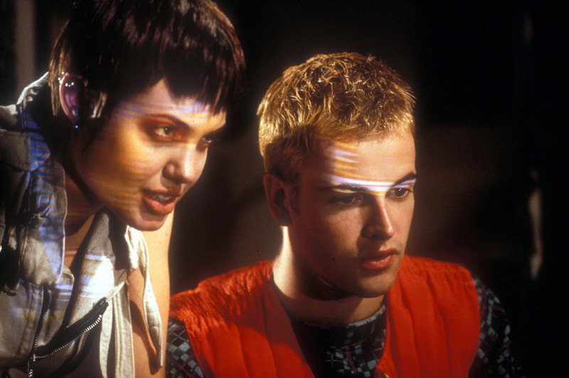 Dade (Johnny Lee Miller) und Kate (Angelina Jolie) kämpfen gemeinsam gegen den Meister-Hacker Plague, der einen großen Coup plant. – Bild: RTL II
