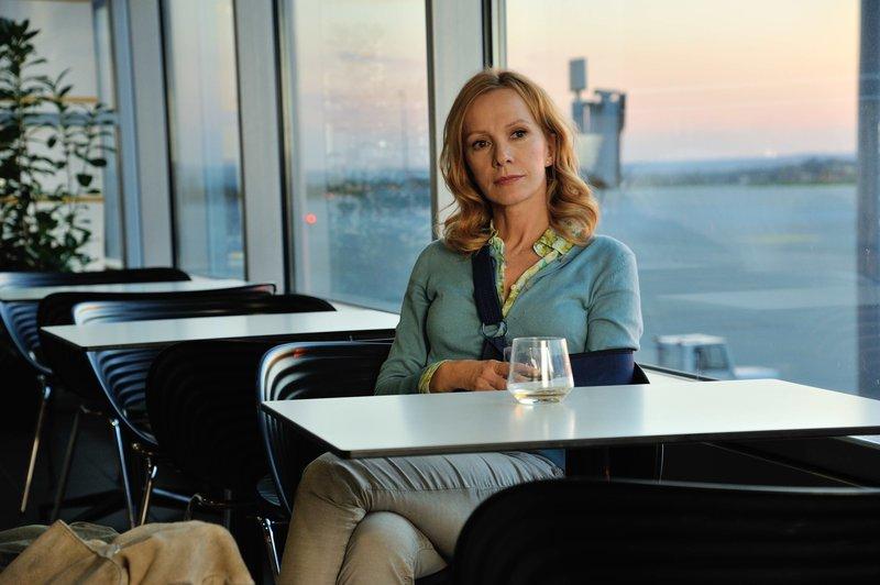 Anne (Katja Flint) kann es noch nicht fassen, dass ihr gekündigt wurde. Sie fühlt sich aufs Abstellgleis geschoben. – Bild: ZDF und Hardy Spitz