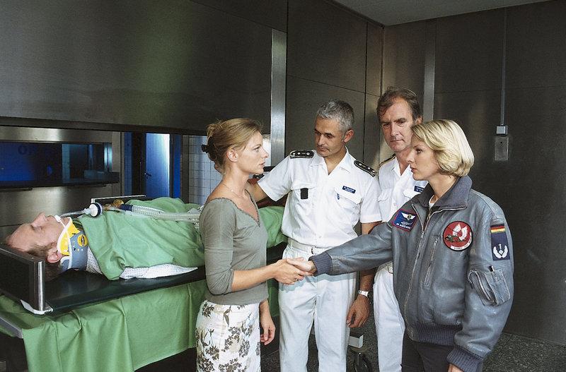 Wird Paul Reinders (Rainer Sellien, l.) die Operation gut überstehen? – Bild: ZDF und Boris Laewen
