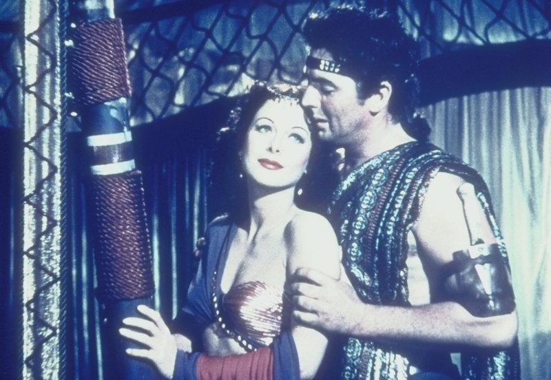 Zuerst verrät sie ihn, dann liebt sie ihn doch - Samson (Victor Mature) und Delilah (Hedy Lamarr) ... – Bild: Paramount Pictures Corporation Lizenzbild frei