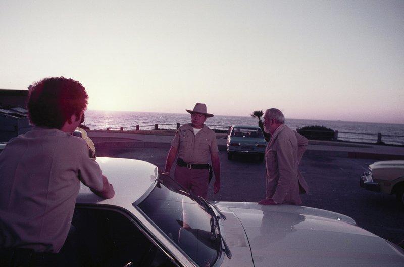 Journalist Turner (John Huston,r.) entdeckt, dass die umweltfeindlichen Aktivitäten eines Konzerns schuld an der Mutation des Kraken sind. – Bild: Tele 5 / MGM / MGM / © MGM