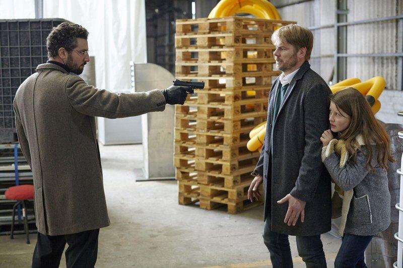 Grigorov (Murathan Muslu, l.) bedroht Robert (Kai Scheve), als der sich schützend vor Grigorovs Tochter Kalina (Mathilda Hadem) stellt... – Bild: RTL Crime