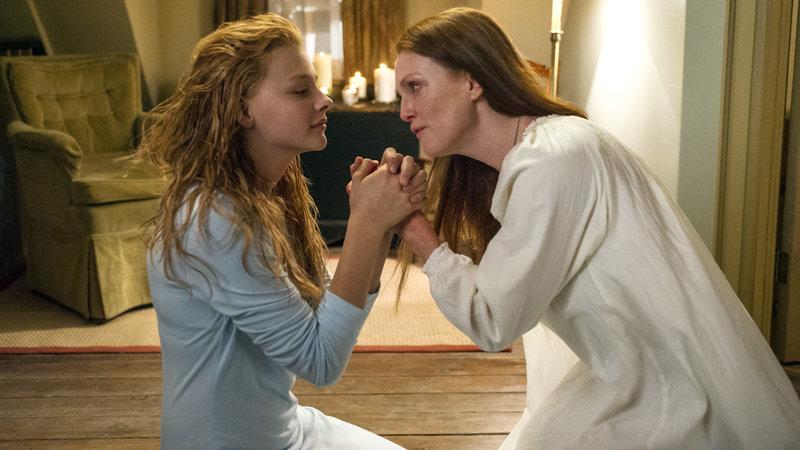 Die sechzehnjährige Carrie White (Chloë Grace Moretz) leidet unter dem religiösen Fanatismus ihrer Mutter (Julianne Moore). Von ihren Mitschülerinnen wird das Mädchen gemieden und als Freak beschimpft. – Bild: RTL Zwei