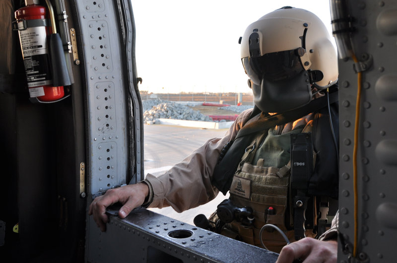 SAN DIEGO, CA, USA: An Air and Marine border patrol agent prepares to board his blackhawk plane. The agent is one of thousands working to protect the San Diego-Tijuana border, one of the largest crossing areas, from illegal smuggling. – Bild: Kevin Cunningham / NGT / National Geographic Channels International / © NGT
