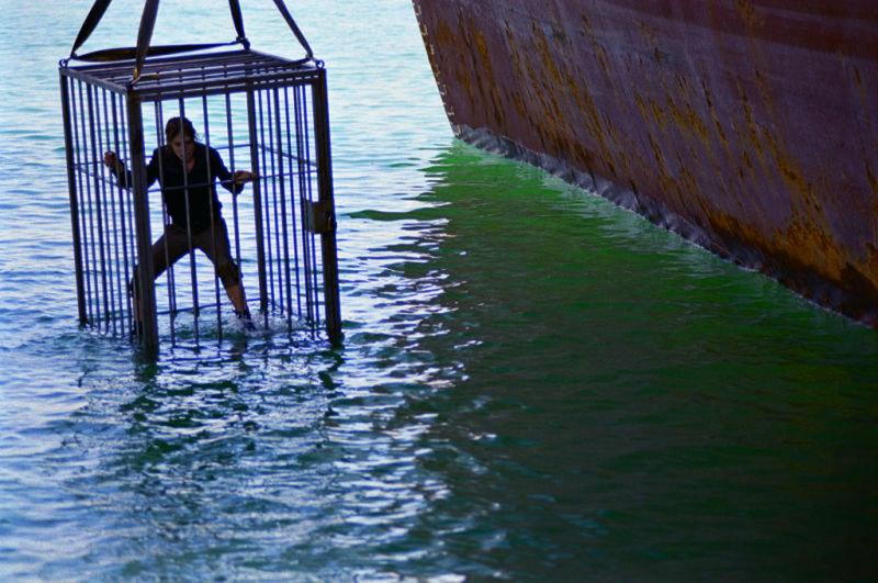 Der Kapitän sperrt Sara (Silke) in einen Käfig in dem er sie ertränken will. – Bild: Squareone
