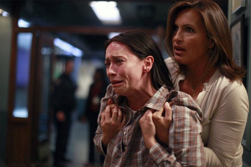 "-- ""Behave"" Episode 1203 -- Pictured: Jennifer Love Hewitt as Vicki, Mariska Hargitay as Det – Bild: Universal Channel"