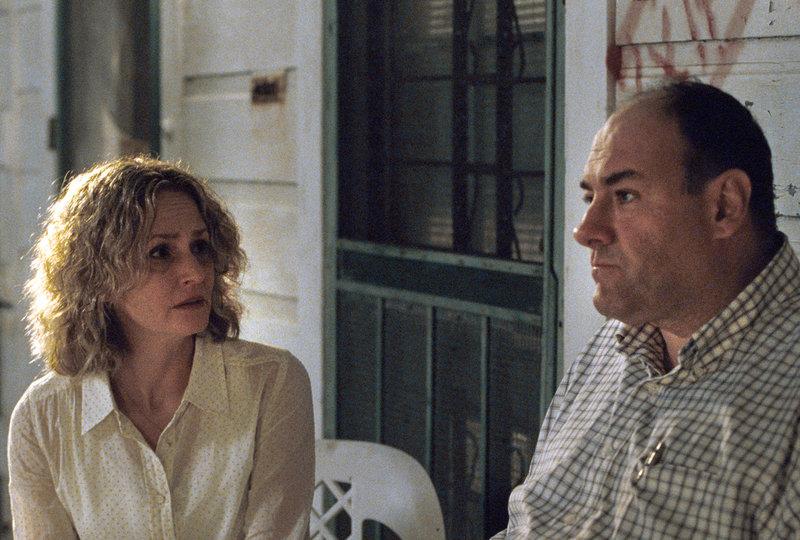 Seit dem tragischen Unfalltod ihrer Teenager-Tochter leben Doug Riley (James Gandolfini) und seine Frau Lois (Melissa Leo) stoisch aneinander vorbei. – Bild: ARD Degeto/WTTR Productions, LLC
