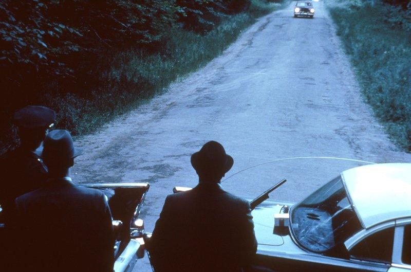 Sheriff Miller versucht gemeinsam mit seinen Männer die Whiskey-Schmuggler auf dem Highway zu erwischen. – Bild: kabel eins Classics