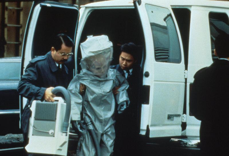 Japanische Geheimdienstler verladen einen lebenden Außerirdischen in einen Eisenbahnwaggon der amerikanischen Regierung. – Bild: ProSieben MAXX