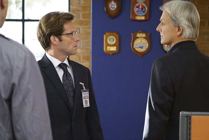 """""""Day in Court"""" -- In order to clear his name, a petty officer volunteers to be court martialed if NCIS agrees to conduct its own investigation after his murder case is dismissed due to a mishandled warrant, on NCIS, Tuesday, Nov. 17 (8:00-9:00 PM, ET/PT), on the CBS Television Network. Pictured left to right: Jamie Bamber and Mark Harmon Photo: Sonja Flemming/CBS Ã?©2015 CBS Broadcasting, Inc. All Rights Reserved – Bild: Sonja Flemming / ©2015 CBS Broadcasting, Inc ©13TH STREET Photocredit Mandatory."""