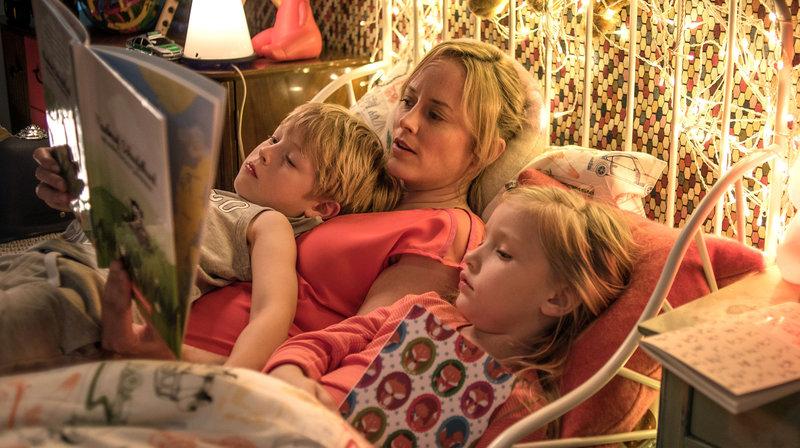 Nina Pfeffer liebt ihre Kinder Piet (Ben Leonhard Arendt) und Ella (Iva Ljuba Simic). – Bild: ARD Degeto/Aspekt Telefilm/BR/Gordon Timpen