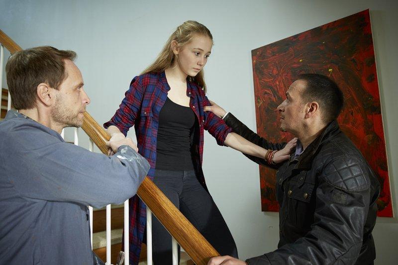 Semir (Erdogan Atalay, r.) versucht Hans Martin Engels (Julian Weigend) und dessen Tochter Melissa (Katharina Gieron) zu beruhigen, die der Festnahme der Mutter hilflos zuschauen musste. – Bild: RTL / Guido Engels