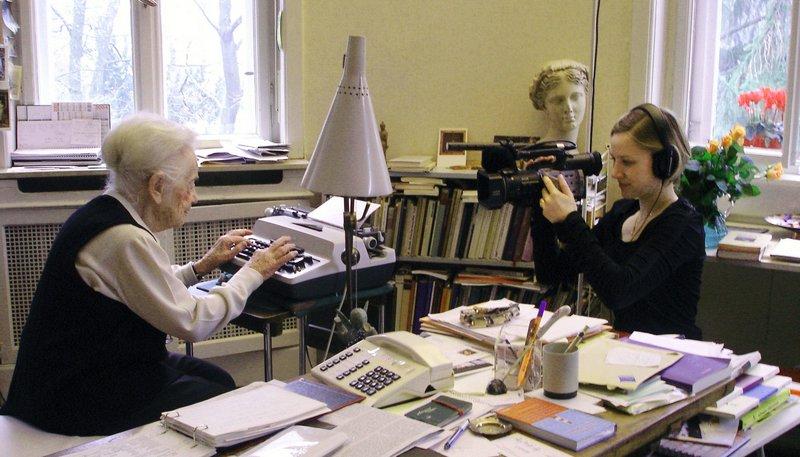 Filmemacherin Anna Ditges (r) während der Dreharbeiten in der Wohnung von Schriftstellerin Hilde Domin (l). – Bild: SWR/WDR/punktfilm