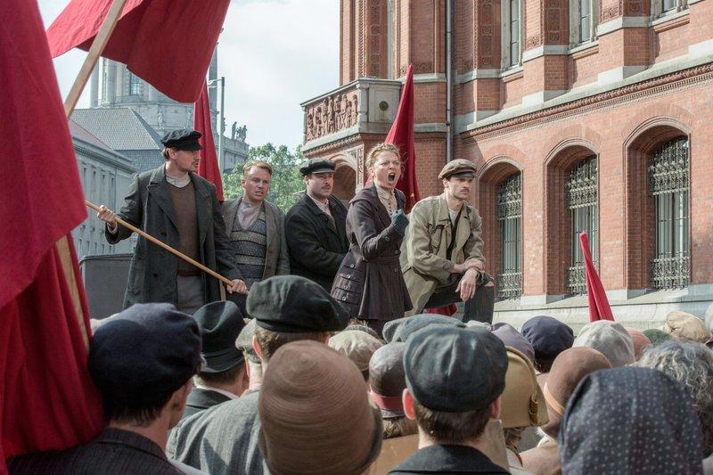 Dr. Völcker (Jördis Triebel) heizt die Masse bei den Mai-Unruhen an. – Bild: ORF eins